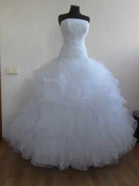 """Свадебное платье """"Диана"""" 5000 грн. Материал: фатин, кружевные аппликации. Пышное платье с заниженной талией. Цвет белый, шампань. Размер 42, 44, 46, 48, 50."""