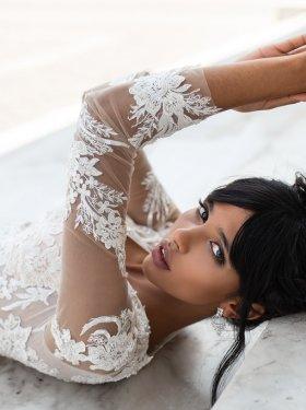 Свадебное платье с прозрачным корсетом, оформлен кружевом
