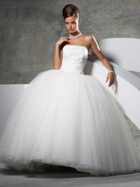 Свадебное платье Пиума 4000 грн. Материал: фатин. Размер 46-48. Оформлено аппликацией по платью. Цвет кремовый.