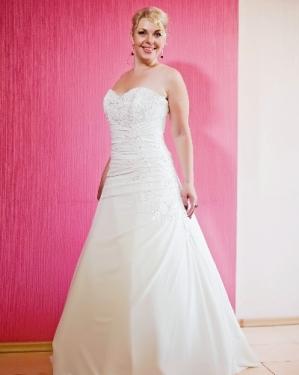 Свадебное платье Альба прокат-2000 грн., продажа-3000 грн. Материал: шифон, оформлено кружевом. Цвет белый, айвори. Размер 42, 44, 46, 48, 50, 52.