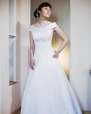 Свадебное платье Агата. прокат-2500грн., продажа-5000 грн. Материал: атлас. Цвет кремовый. Размер 42.